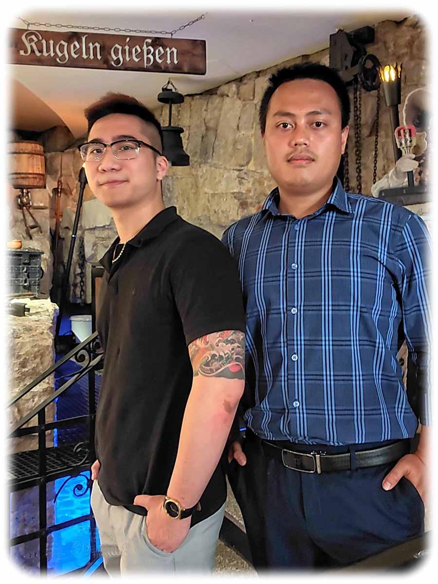 Tuan (l.) und Quang haben im Pulverturm Dresden potenzielle Arbeitsgeber kennengelernt. Sie wollen sich eine neue Zukunft in Hotels oder Restaurants in Deutschland aufbauen. Foto: Heiko Weckbrodt