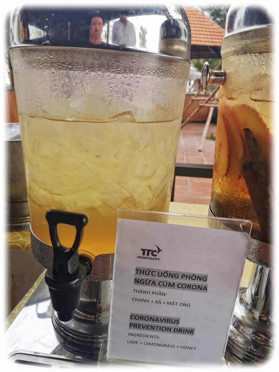 """Ein """"Coronavirus-Präventiuons-Trunk"""" in einem Hotel-Resort in Phan Rang im Süden Vietnams, der gratis an die Besucher ausgegeben wurde. Allerdings stärken im besten Falle die enthaltenen Vitamine das Immunsystem - das Virus aufhalten kann solch ein Trunk nicht. Foto: Heiko Weckbrodt"""