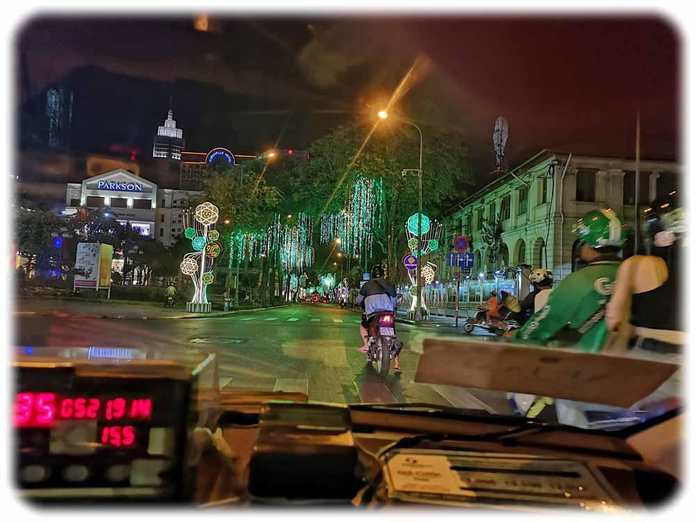 Corona erreichte Vietnam kurz vor dem Tet-Fest. Bereits Anfang Februar 2020 war wie hier in Ho-Chi-Minh-Stadt die Effekte der Gegenmaßnahmen zu sehen: Wo sich sonst Tausende Mopeds und Autos enlangwälzen, herrschte fast gähnende Leere auf den Straßen des ehemaligen Saigon. Foto: Heiko Weckbrodt