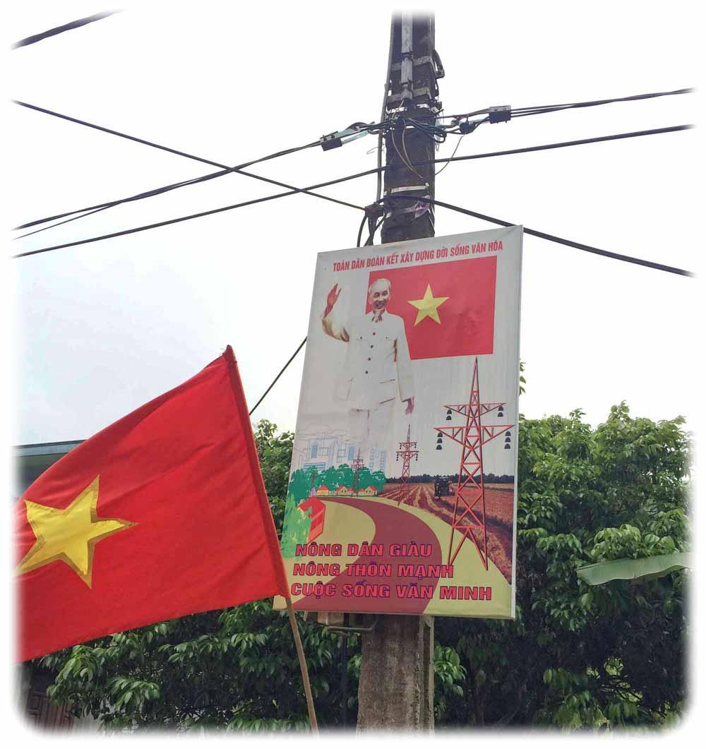 Altes Ho-Chi-Minh-Propaganda-Plakat und Fahne auf einer Insel im Norden Vietnams. Foto: Heiko Weckbrodt