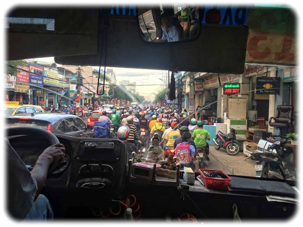 Blick aus einem der meist überfüllten und veralteten Stadtbusse auf das Moped-Gewühl auf den Straßen von Ho-Chi-Minh-City. Ein U-Bahn-Netz-Netz ist längst überfällig. Foto: Heiko Weckbrodt