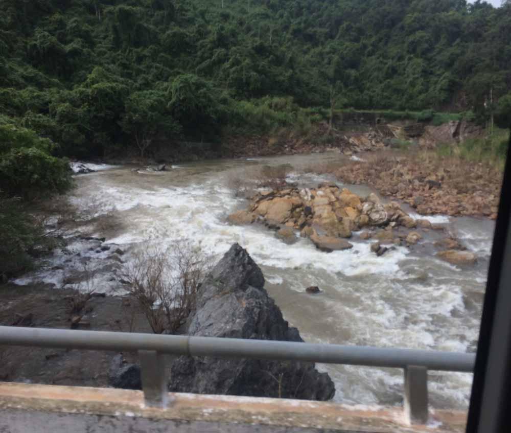 In Mittelvietnam ist man,, wie diese Archivaufnahme von 2016 zeigt, reißende und unberechenbar über ihre Ufer tretende Flüsse gewöhnt. Die Überschwemmungen im Oktober 2020 haben aber eine katastrophale Dimension erreicht. Foto: Heiko Weckbrodt