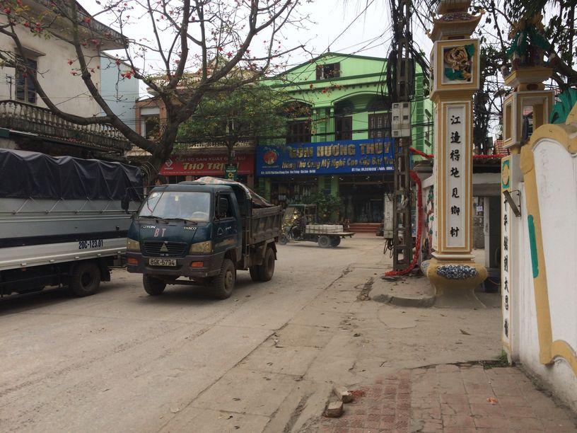 Überall auf den Dorfstraßen von Bat Trang sind Material-Transporter unterwegs Foto: Heiko Weckbrodt