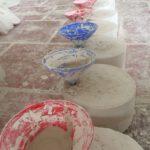 In diese Formen wird die flüssige Keramikmasse gegossen, um daraus Schalen zu formen. Blick in eine Keramikmanufaktur in Bat Trang. Foto: Heiko Weckbrodt